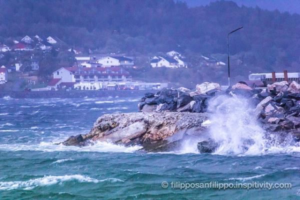 Storm hits Ålesund, impressive waves and clouds